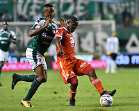 PALMIRA - COLOMBIA, 18-10-2018: Carlos Carbonero (Izq) del Deportivo Cali disputa el balón con Avimiled Rivas (Der) de América de Cali durante partido por la fecha 15 de la Liga Aguila II 2017 jugado en el estadio Palmaseca de Cali. / Carlos Carbonero (L) player of Deportivo Cali fights for the ball with Avimiled Rivas (R) player of America de Cali during match for the date 15 of the Aguila League II 2017 played at Palmaseca stadium in Cali.  Photo: VizzorImage/ Nelson Rios / Cont
