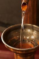 Europe/France/Midi-Pyrénées/32/Gers/Eauze:  Distillation de l'Armagnac  au Domaine du Tariquet; l'alcool coule de l'alambic
