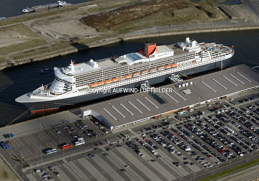 Queen Mary 2 am Cruise Center Steinwerder im Hamburger Hafen: EUROPA, DEUTSCHLAND, HAMBURG 30.10.2017 Queen Mary 2 am Cruise Center Steinwerder im Hamburger Hafen.  Das Hamburg Cruise Center Steinwerder, auch Hamburg Cruise Center 3 (CC 3) genannt, ist seit seiner Inbetriebnahme am 9. Juni 2015 das neuste Kreuzfahrtterminal und liegt mitten im Hamburger Hafen.
