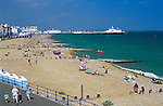 United Kingdom, England, East Sussex, Eastbourne: View along pebble beach to pier | Grossbritannien, England, East Sussex, Eastbourne: der Kieselstein-Strand, im Hintergrund die Pier