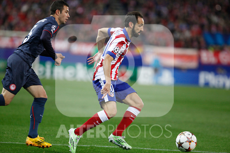 Atletico de Madrid´s Juanfran (R) and Olympiacos´s Milivojevic during Champions League soccer match between Atletico de Madrid and Olympiacos at Vicente Calderon stadium in Madrid, Spain. November 26, 2014. (ALTERPHOTOS/Victor Blanco)