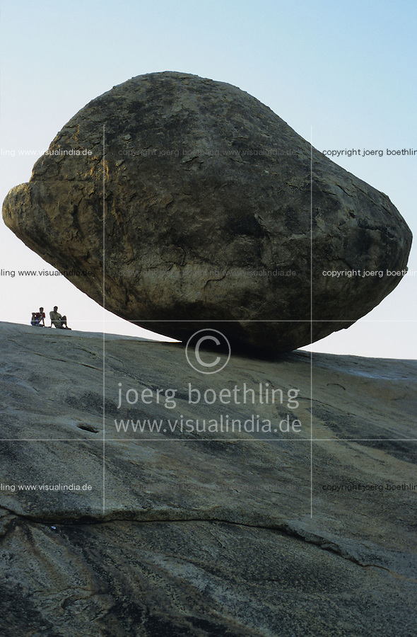 INDIA, Krishna s Butterball in Mahabalipuram, a large granite boulder well balanced / INDIEN, Krishnas Butterball in Mahabalipuram