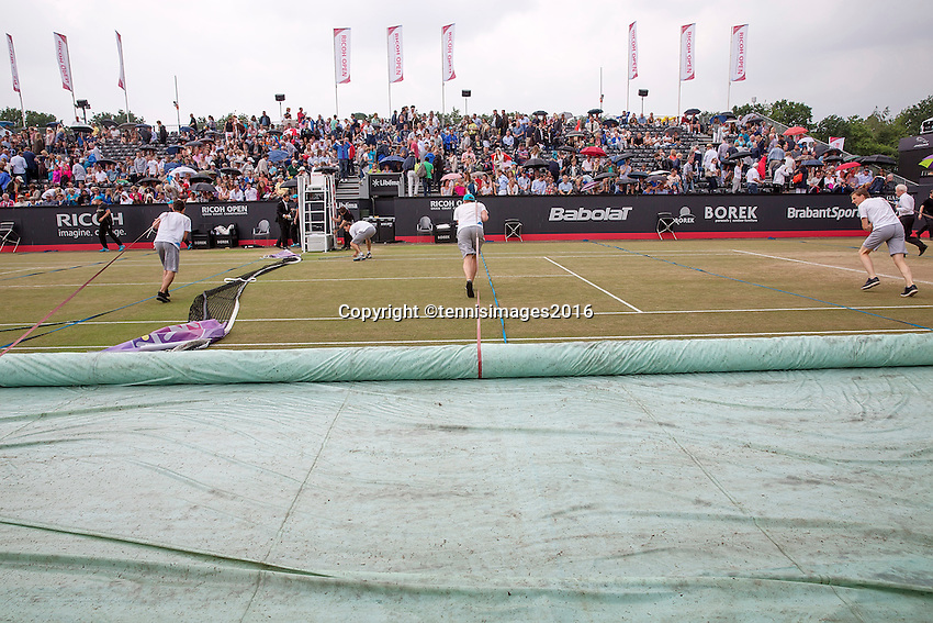 Den Bosch, Netherlands, 10 June, 2016, Tennis, Ricoh Open, covering the court<br /> Photo: Henk Koster/tennisimages.com