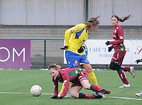 Dames Zulte - Waregem - STVV Sint Truidense VV : duel tussen Elodie Branquart (onder) en Annelies Menten.foto DIRK VUYLSTEKE / Vrouwenteam.be
