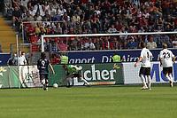 Markus Pröll (Eintracht Frankfurt) wehrt ab vor Marko Pantelic (Hertha BSC Berlin)