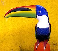 Tucano em madeira, artesanato equatoriano.  Foto de Manuel Lourenço.