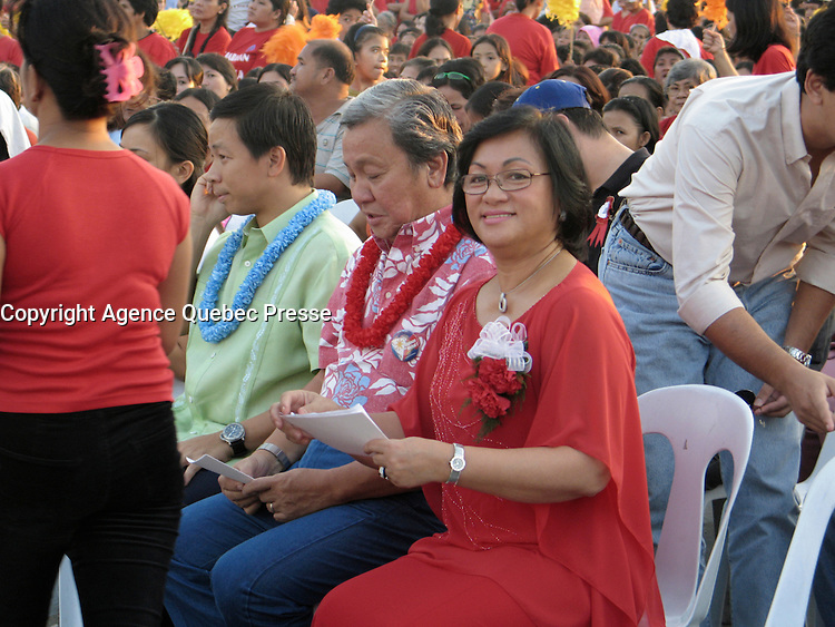 December 4 2004, Manila, Philippines<br /> Beng wife of Manila Mayor Lito Atienza, smile at the camera during at gathering in Remedios Park in Malate.<br /> Photo (c) 2004) P Roussel / Images Distribution