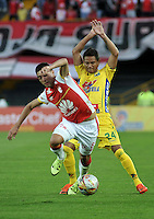 BOGOTA - COLOMBIA - 23-08-2015: Dario Rodriguez (Izq.) jugador de Independiente Santa Fe disputa el balón con Denis Gomez (Der.) jugador de Atletico Huila, durante partido por la fecha 8 entre Independiente Santa Fe y Atletico Huila de la Liga Aguila II-2015, en el estadio Nemesio Camacho El Campin de la ciudad de Bogota. / Dario Rodriguez (L) player of Independiente Santa Fe struggles for the ball with Denis Gomez (R) jugador of Atletico Huila, during a match of the 8 date between Independiente Santa Fe and Atletico Huila, for the Liga Aguila II -2015 at the Nemesio Camacho El Campin Stadium in Bogota city, Photo: VizzorImage / Luis Ramirez / Staff.