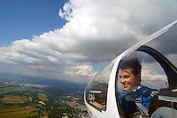 Segelflugausbildung mit jungem Flugschueler in einer ASK 21 ueber dem Segelflugplatz Hamburg Boberg: EUROPA, DEUTSCHLAND, HAMBURG (EUROPE, GERMANY), 23.08.2015:Segelflugausbildung mit jungem Flugschueler in einer ASK 21 ueber dem Segelflugplatz Hamburg Boberg