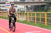 SAO PAULO, SP, 10 DE FEVEREIRO 2012 - ENTREGA TRECHO CICLOVIA - Clicista e secretario Eduardo Jorge durante entrega de um novo trecho de 5 km da ciclovia Rio Pinheiros, entre as estações Vila Olímpia e Cidade Universitária, da CPTM (Companhia Paulista de Trens Metropolitanos). Implantada paralela à Linha 9-Esmeralda (Osasco–Grajaú), a ciclovia que tinha 14 quilômetros será estendida da av. Miguel Yunes (localizada entre as estações Jurubatuba e Autódromo) até a ponte Cidade Universitária, totalizando 19 km.Na ocasião, também serão entregues oficialmente os acessos de Santo Amaro e da ponte Cidade universitária e três pontos de apoio para ciclistas: Santo Amaro, Cidade Jardim e Cidade Universitária. Na manha desta sexta-feira, 10, na estação Vila Olimpia, na região sul da capital paulista. (FOTO: VANESSA CARVALHO - NEWS FREE).