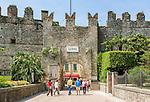 Italy, Veneto, Lake Garda, Lazise: small harbour at East Bank of Lake Garda - town wall | Italien, Venetien, Gardasee, Lazise: kleiner Hafen am Ostufer des Gardasees - Stadtmauer
