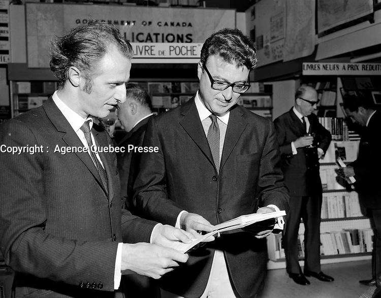 Le chanteur Gilles Vigneault et l'ecrivain Roger Lemelin, <br />  Entre le 17 et le 23 juillet 1967<br /> <br /> PHOTO :  Agence Quebec Presse -  Photo Moderne