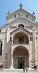 Italy, Veneto, Province Capital Verona: Cathedral Santa Maria Matricolare | Italien, Venetien, Provinzhauptstadt Verona: Der Dom Santa Maria Matricolare mit dem bekannten Portal von Nicolò mit seinen zeitgenoessischen romanischen Steinmetzarbeiten