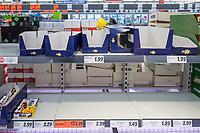Aufgrund des Corona-Virus wurden in Supermaerkten die Vorraete an Nudeln, Reis, Klopapier und Brotartikeln leergekauft.<br /> Im Bild: Ein leergekauftes Reisregal in einem Berliner Supermarkt.<br /> 14.3.2020, Berlin<br /> Copyright: Christian-Ditsch.de<br /> [NUR FUER REDAKTIONELLE ZWECKE! Werbung nur auf Anfrage beim Fotografen. Inhaltsveraendernde Manipulation des Fotos nur nach ausdruecklicher Genehmigung des Fotografen. Vereinbarungen ueber Abtretung von Persoenlichkeitsrechten/Model Release der abgebildeten Person/Personen liegen nicht vor. NO MODEL RELEASE! Don't publish without copyright Christian-Ditsch.de, Veroeffentlichung nur mit Fotografennennung, sowie gegen Honorar, MwSt. und Beleg. Konto: I N G - D i B a, IBAN DE58500105175400192269, BIC INGDDEFFXXX, Kontakt: post@christian-ditsch.de<br /> Bei der Bearbeitung der Dateiinformationen darf die Urheberkennzeichnung in den EXIF- und  IPTC-Daten nicht entfernt werden, diese sind in digitalen Medien nach §95c UrhG rechtlich geschuetzt. Der Urhebervermerk wird gemaess §13 UrhG verlangt.]