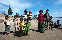 CAMBODIA Mekong River, portrait of family at shore / KAMBODSCHA Mekong Fluss, Portraet einer Familie am Ufer