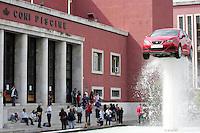 """L'installazione """"Under Pressure"""" davanti alle piscine del Coni al Foro Italico, Roma, 6 giugno 2008, realizzata dall'artista spagnolo Juan Galdeano in occasione del lancio della nuova automobile Seat Ibiza 08..The art installation """"Under Pressure"""" at the Foro Italico in Rome, 6 june 2008, realized by the spanish artist Juan Galdeano for the launch of the new car Seat Ibiza 08..UPDATE IMAGES PRESS/Riccardo De Luca"""