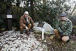 Foto: VidiPhoto<br /> <br /> SOESTERBERG – Een afgelegen herdenkingsplek, diep in de bossen van de voormalige vliegbasis Soesterberg, herinnert aan de executie van 33 Nederlandse verzetsstrijders op 19 november 1942 door de Duitze bezetter. Het enige dat ze met plek gemeen hebben, is dat ze naar deze toen Duitse vliegbasis werden getransporteerd en daar achter de schietbaan door een vuurpeloton in koelen bloede werden vermoord. Om de schoten te camoufleren vonden er op dat moment aan de voorzijde schietoefeningen plaats door Duitse soldaten. Vrijwilligers van het Nationaal Militair Museum Herman van den Berg en Adriaan van Hemert (met pet), hebben zich in deze vrij onbekend gebleven massa-executie verdiept.