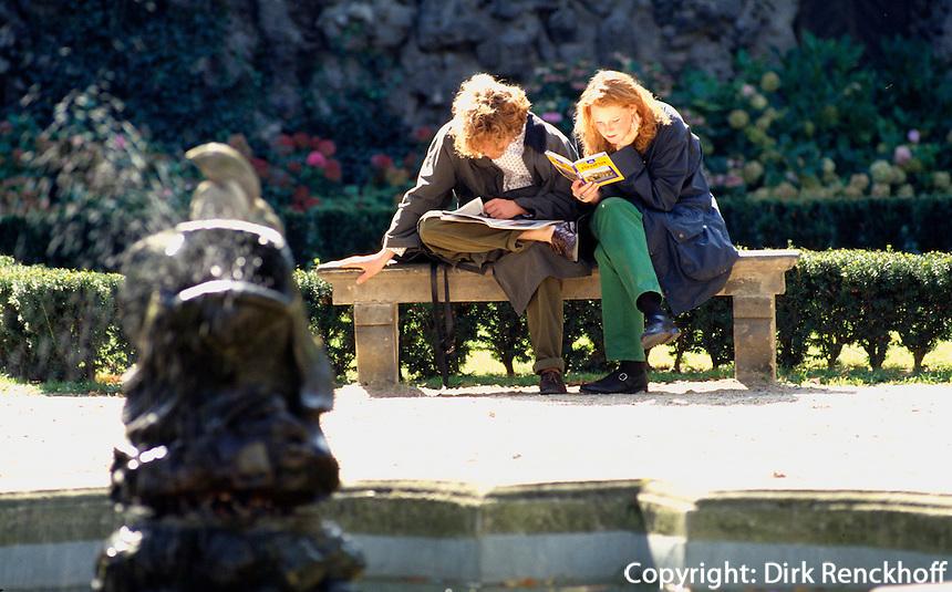 Tschechien, Prag, Junges Paar liest im Garten des Waldstein-Palais, Unesco-Weltkulturerbe .