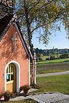 DEU, Deutschland, Bayern, Niederbayern, Naturpark Bayerischer Wald, Kapelle am Strassenrand, im Hintergrund der Ort Hohenau | DEU, Germany, Bavaria, Lower-Bavaria, Nature Park Bavarian Forest, chapel, at background Hohenau