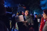 Protest in Brandenburg gegen US-Truppenverlegung nach Osteuropa.<br /> Am Montag den 9. Januar 2017 protestierten 150 bis 200 Menschen vor dem brandenburgischen Truppenuebungsplatz Lehnin gegen eine die Verlegung von US-Truppen nach Polen und Litauen.<br /> Auf dem Truppenuebungsplatz sollen Teile der US-Truppen auf dem Weg nach Polen untergebracht und von der Bundeswehr versorgt werden.<br /> Organisiert wurde die Kundgebung vor dem Truppenuebungsplatz von der Linkspartei, die in Brandenburg an der Landesregierung beteiligt ist.<br /> Im Bild: Ein pro-amerikanischer Demonstrant hat sich unter die Kundegbungsteilnehmer gestellt.<br /> 9.1.2017, Lehnin/Brandenburg<br /> Copyright: Christian-Ditsch.de<br /> [Inhaltsveraendernde Manipulation des Fotos nur nach ausdruecklicher Genehmigung des Fotografen. Vereinbarungen ueber Abtretung von Persoenlichkeitsrechten/Model Release der abgebildeten Person/Personen liegen nicht vor. NO MODEL RELEASE! Nur fuer Redaktionelle Zwecke. Don't publish without copyright Christian-Ditsch.de, Veroeffentlichung nur mit Fotografennennung, sowie gegen Honorar, MwSt. und Beleg. Konto: I N G - D i B a, IBAN DE58500105175400192269, BIC INGDDEFFXXX, Kontakt: post@christian-ditsch.de<br /> Bei der Bearbeitung der Dateiinformationen darf die Urheberkennzeichnung in den EXIF- und  IPTC-Daten nicht entfernt werden, diese sind in digitalen Medien nach §95c UrhG rechtlich geschuetzt. Der Urhebervermerk wird gemaess §13 UrhG verlangt.]