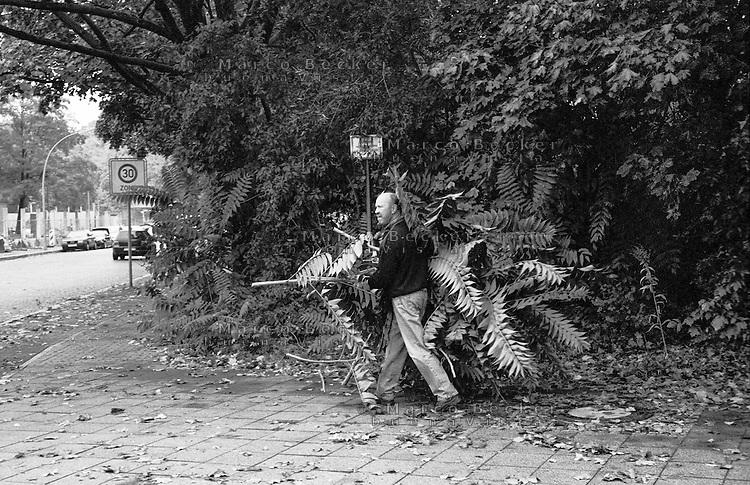 Berlino, quartiere Tempelhof. Un uomo con dei rami --- Berlin, Tempelhof district. A man with some branches