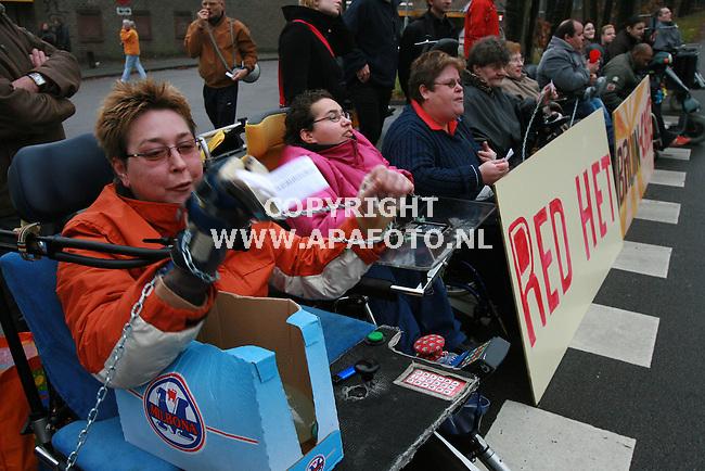Arnhem 301206 bewoners van Het Dorp bij Arnhem blokkeerden de toegang tot het dorp , uit protest tegen de sluiting van het bruine cafe aldaar.<br />Foto Frans Ypma APA-foto