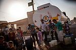 Irak, Juni 2014 - Die irakische Stadt Karakosch beheimatet die letzten Christen im Irak.  Die ISIS Truppen haben die Strom und Wasserversorgung von Karakosch abgeschnitten. Trinkwasser wird jetzt mit Tanklastern geliefert.<br /> <br /> Engl.: Asia, Iraq, North Iraq, conflict area, the city Karakosh domiciled the last Christians in Iraq, the ISIS troops cut off the water supply, population, June 2014