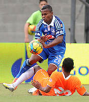 ENVIGADO -COLOMBIA-25-01-2014. Fredy Hurtado (abajo) de Envigado FC disputa el balón con Alex Diaz (arriba)  de Millonarios durante partido por la fecha 1 de la Liga Postobón I 2014 realizado en el Polideportivo Sur de la ciudad de Envigado./ Fredy Hurtado (below) of Envigado fights for the ball with Alex Diaz (up) of Millonarios during match for the 1st date of the Postobon League I 2014 at Polideportivo Sur in Envigado city.  Photo: VizzorImage/Luis Ríos/STR