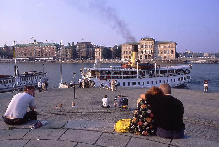 SWE, Schweden, Stockholm, Skeppsbrokkajen, Dampferanlegeplatz, Der Anlegeplatz der historischen Schiffsdampfer im Zentrum von Stockholm von wo man aus Schiffausfluege in die Stockholmer Schaerenlandschaft unternehmen kann. Im Hintergrund das Nationalmuseum.<br /> [Fuer die Nutzung gelten die jeweils gueltigen Allgemeinen Liefer-und Geschaeftsbedingungen. Nutzung nur gegen Verwendungsmeldung und Nachweis. Download der AGB unter http://www.image-box.com oder werden auf Anfrage zugesendet. Freigabe ist vorher erforderlich. Jede Nutzung des Fotos ist honorarpflichtig gemaess derzeit gueltiger MFM Liste - Kontakt, Uwe Schmid-Fotografie, Duisburg, Tel. (+49).2065.677997, fotofinder@image-box.com, www.image-box.com]