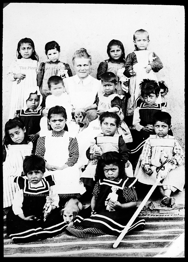 Ottoman Empire 1910? Bodil Björn, in the middle, Norwegian Missionary  working as a nurse with children in Mush?  Empire Ottoman 1910? Bodil Björn, missionnaire norvegienne avec des enfants dans un dispensaire a Mush?