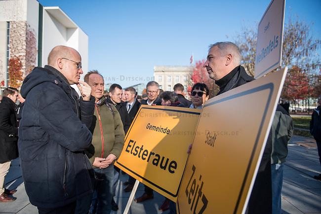 """Vertreter der Lausitzer Kohlereviere protestierten am Donnerstag den 14. November 2019 in Berlin vor dem Kanzleramt fuer eine bessere finanzielle Absicherung beim Ausstieg aus der Kohlefoerderung. Unter anderem forderten sie, dass eine Investitionspauschale fuer die Absicherung des kommunalen Eigenanteils festgeschrieben wird.<br /> Aufgerufen zu dem Protest hatte ein freiwilliges Buendnis der sogenannten """"Lausitzrunde"""".<br /> Im Bild: Ralph Brinkhaus, Fraktionsvorsitzender der CDU-Bundestagsfraktion (mitte) im Gespraech mit Ortsvorstehern aus Zeitz und Elsteraue.<br /> 14.11.2019, Berlin<br /> Copyright: Christian-Ditsch.de<br /> [Inhaltsveraendernde Manipulation des Fotos nur nach ausdruecklicher Genehmigung des Fotografen. Vereinbarungen ueber Abtretung von Persoenlichkeitsrechten/Model Release der abgebildeten Person/Personen liegen nicht vor. NO MODEL RELEASE! Nur fuer Redaktionelle Zwecke. Don't publish without copyright Christian-Ditsch.de, Veroeffentlichung nur mit Fotografennennung, sowie gegen Honorar, MwSt. und Beleg. Konto: I N G - D i B a, IBAN DE58500105175400192269, BIC INGDDEFFXXX, Kontakt: post@christian-ditsch.de<br /> Bei der Bearbeitung der Dateiinformationen darf die Urheberkennzeichnung in den EXIF- und  IPTC-Daten nicht entfernt werden, diese sind in digitalen Medien nach §95c UrhG rechtlich geschuetzt. Der Urhebervermerk wird gemaess §13 UrhG verlangt.]"""