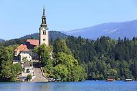 The 17th century church in the middle of Lake Bled.///L'Eglise Saint Marie de l'Assomption datant du XVIIème siècle au centre du lac de Bred.
