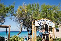 Europe/France/2B/Haute Corse/Balagne/L'île Rousse: Peintre en lettre peignant l'enseigne du restaurant Les Tamaris, promenade A Marinela