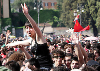 Folla di fans per il tradizionale concerto del Primo Maggio organizzato da Cgil, Cisl e Uil in piazza San Giovanni, Roma, 1 maggio 2010..Fans crowd St. John Lateran's Square, Rome, 1 may 2010, for the traditional May Day concert..UPDATE IMAGES PRESS/Riccardo De Luca