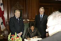 La Gouverneure-Generale Michaelle Jean, <br /> visite le Maire de Montreal <br /> Gerald Tremblay ,<br /> Fevrier 2006<br /> , a l'Hotel de Ville et signe le livre d'or<br /> PHOTO : Agence Quebec Prese