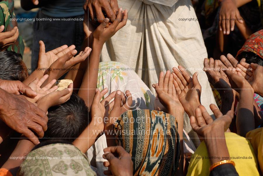 BANGLADESH, Southkhali in district Bagerhat, distribution of relief goods after the cyclone Sidr which has flooded and destroyed many villages and claimed many victims / Bangladesch, Wirbelsturm Sidr und eine Sturmflut zerstoeren viele Doerfer im Kuestengebiet von Southkhali, Verteilung von Hilfsguetern durch NGO s