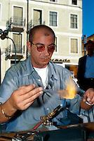 Italien, Venetien-Friaul, Bassano di Grappa, Glasbläser auf Folkloremarkt.