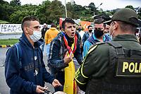 CALARCA - COLOMBIA, 30-04-2021: Manifestantes discuten con la policía en la vía que conduce al altop de La Línea durante el tercer día de Paro Nacional en Colombia hoy, 30 abril de 2021, y que comenzó el pasado 28 de abril de 2021 para protestar por la reforma tributaria que adelanta el gobierno de Ivan Duque además de la precaria situación social y económica que vive Colombia. El paro fue convocado por sindicatos, organizaciones sociales, estudiantes y la oposición. / Protesters argue with the police on the road that leads to the top of La Línea during the third day of the National Strike in Colombia today, April 30, 2021, and which began on April 28, 2021 to protest the tax reform that the government of Ivan Duque is also advancing of the precarious social and economic situation that Colombia is experiencing. The strike was called by unions, social organizations, students and the opposition in Colombia. Photo: VizzorImage / Santiago Castro / Cont