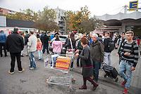 Am Freitag den 17. Oktober 2014 wurde der 46. jaehrige Ali M. mit seinem Blumenladen in der Falkenseer Chaussee 239 in Berlin-Spandau von der EDEKA-Reichelt Gruppe zwangsgeraeumt. Trotz Gespraechsangeboten durch den Blumenladenbesitzer und Freunde, war die Marktleiterin nicht zu einem Einlenken zu ueberreden.<br /> Nachdem der Gerichtsvollzieher die Raeumung vollzogen hatte, ging der Mann auf das Dach eines nahegelegenen Wohnhauses und drohte damit Suizid zu begehen. Die Polizei war mit einem Sondereinsatzkommando (SEK) im Einsatz.<br /> Im Bild: Schaulustige betrachten die Szenerie auf dem Dach.<br /> 17.10.2014, Berlin<br /> Copyright: Christian-Ditsch.de<br /> [Inhaltsveraendernde Manipulation des Fotos nur nach ausdruecklicher Genehmigung des Fotografen. Vereinbarungen ueber Abtretung von Persoenlichkeitsrechten/Model Release der abgebildeten Person/Personen liegen nicht vor. NO MODEL RELEASE! Don't publish without copyright Christian-Ditsch.de, Veroeffentlichung nur mit Fotografennennung, sowie gegen Honorar, MwSt. und Beleg. Konto: I N G - D i B a, IBAN DE58500105175400192269, BIC INGDDEFFXXX, Kontakt: post@christian-ditsch.de<br /> Urhebervermerk wird gemaess Paragraph 13 UHG verlangt.]