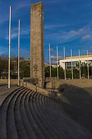France, Bretagne, (29), Finistère, Brest:  Place de la liberté, Monument aux morts - Élément central de l'ensemble place de la Liberté/square Mathon, s'élève le monument aux morts construit en 1954, dessiné par Jean-Baptiste Mathon, au centre du square
