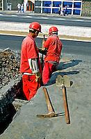 Conserto de pavimento, Rua da Consolação, São Paulo. 2004. Foto de Juca Martins.