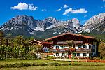 Oesterreich, Tirol, Going am Wilden Kaiser: blumengeschmuecktes Tiroler Bauernhaus | Austria, Tyrol, holiday resort Going: Tyrolean farmhouse, Wilder Kaiser mountains at background