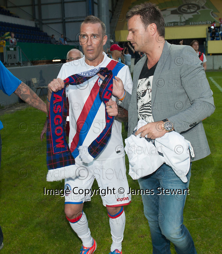 Fernando Ricksen Testimonial :  Fernando Ricksen at the end of the game with his friend, Roy Knez.