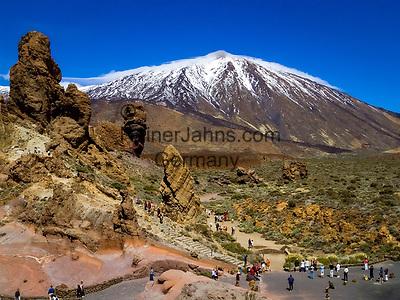 Spanien, Kanarische Inseln, Teneriffa, Teide Nationalpark: Los Roques und der schneebedeckte Pico del Teide (3.718 m) | Spain, Canary Islands, Tenerife, Teide National Park: Los Roques and snow covered Pico del Teide (3.718 m)