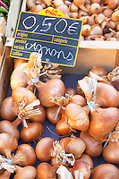 Onions, o.50 euro per bunch, for sale at a market stall at the street market in Bergerac, Bergerac Dordogne France