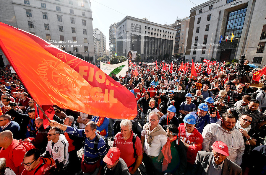 - NAPOLI 21 NOV 2014 -  sciopero generale fiom  comizio    piazza matteotti