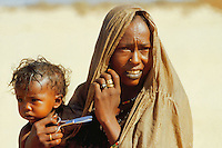 - northern Sudan, woman of a nomads tribe in the Nubia desert....- Sudan settentrionale, donna di una tribù nomade del deserto di Nubia..