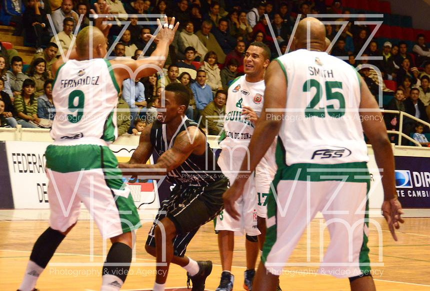 TUNJA - COLOMBIA: 03-05-2013: Yader Fernandez (Izq.), Juan Garcia (2Izq.) y Quentin Smith (Der.) jugadores de Las Aguilas de Tunja, disputa el balón con Tayron Thomas (Cent.) de Piratas de de Bogota, durante partido en el coliseo Alvaro Sanchez Diaz en la ciudad de Tunja, mayo 03  de 2013. Aguilas de Tunja y Piratas de Bogota en partido de la novena fecha de la fase II de  la Liga Directv Profesional de baloncesto (Foto: VizzorImage / Jose Palencia / Str). Yader Fernandez (L), Juan Garcia (2L) y Quentin Smith (R) players de Las Aguilas de Tunja fight for the ball with Tayron Thomas (C) of Piratas from Bogota, during a match in the Alvaro Sanchez Diaz Coliseum in Tunja city, May 03, 2013. Aguilas from Tunja y Piratas from Bogota in the match for the 9 date of the fase II in the Directv Professional League basketball. (Photo: VizzorImage / Jose Palencia/ Str). ...