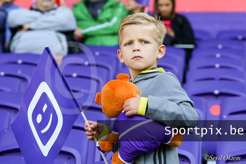 Young Anderlecht supporter pictured before a female soccer game between RSC Anderlecht Dames and Standard Femina de Liege on the sixth matchday of the 2021 - 2022 season of Belgian Womens Super League , Saturday 9 th of October 2021  in Brussels , Belgium . PHOTO SPORTPIX | SEVIL OKTEM