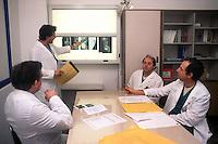 Ospedale San Camillo, Roma. Reparto di Chirurgia pediatrica..San Camillo Hospital, Rome. Department of Pediatric Surgery..Medici in riunione.Meeting of doctors.....